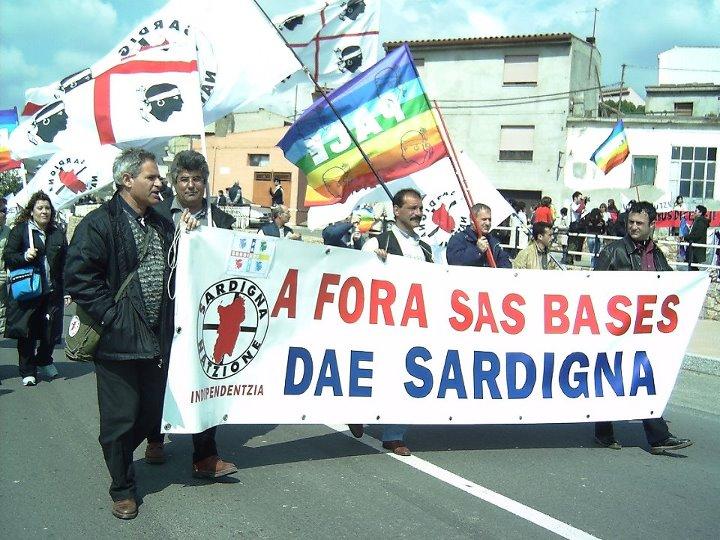Manifestanti contro base NATO